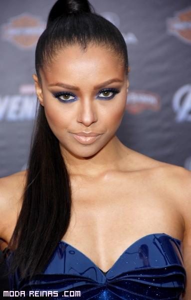 Maquillaje con vestido azul electrico