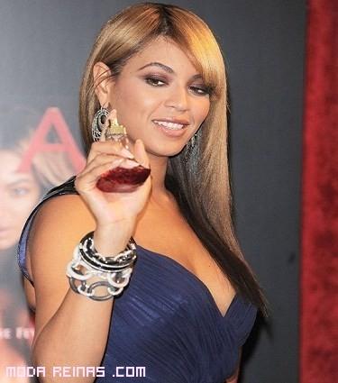 Beyoncé con su perfume Rise