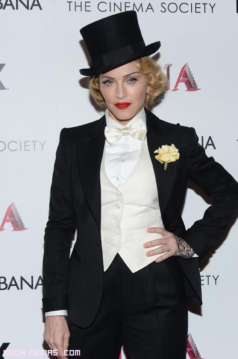 Madonna con traje negro
