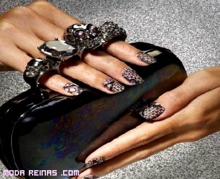 Otra manicure de moda, uñas con encaje