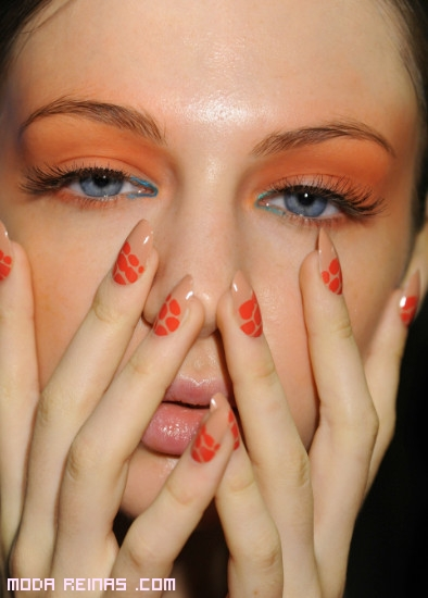 manicure naranja y nude
