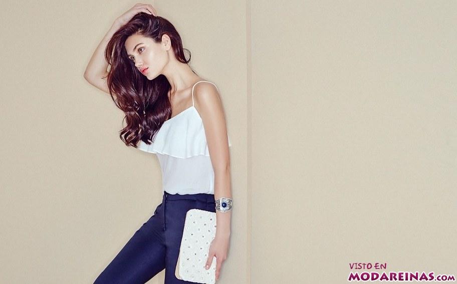 blusa blanca con pantalón azul