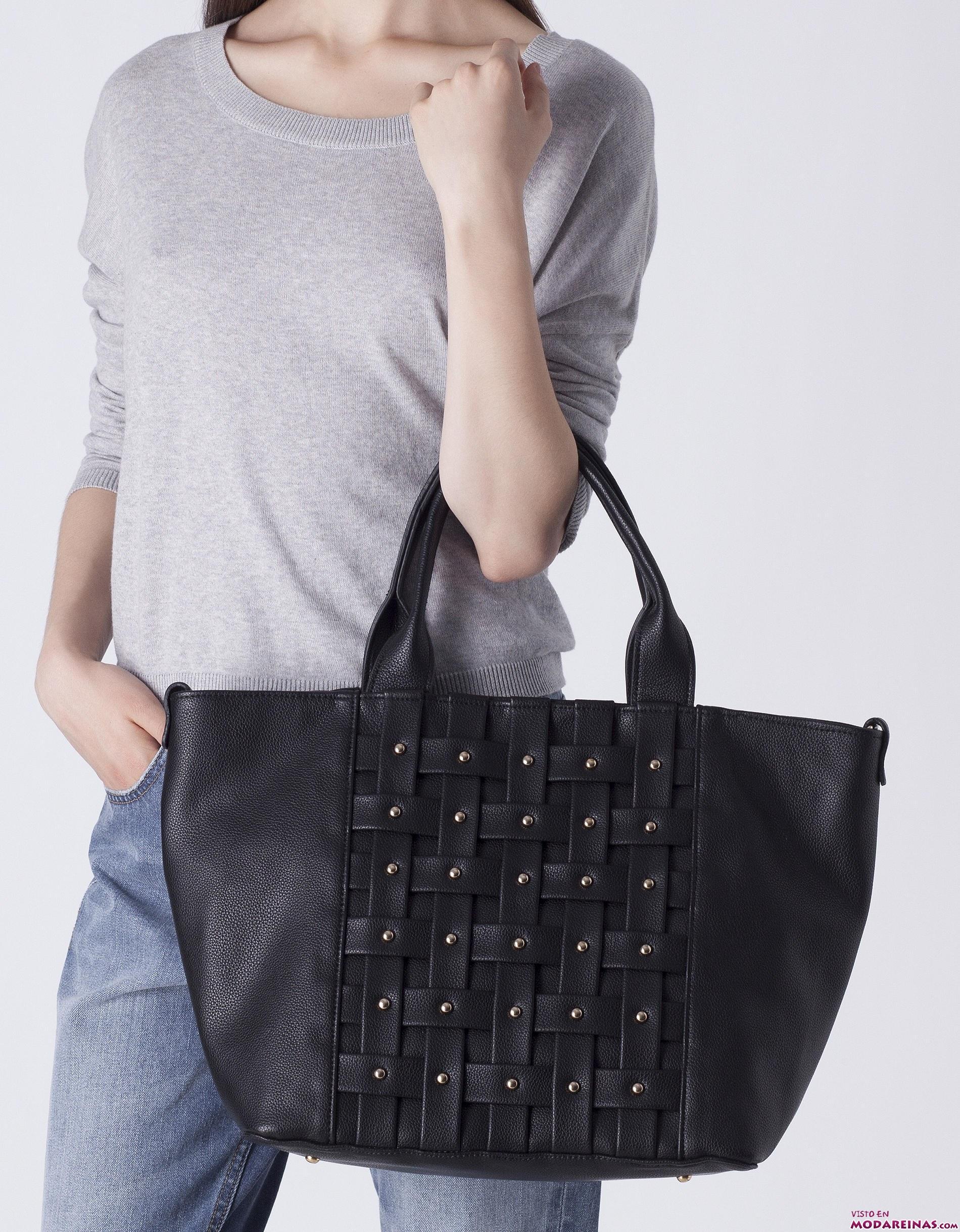 bolso negro con tachas