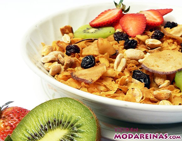 desayuno con cereales y fruta