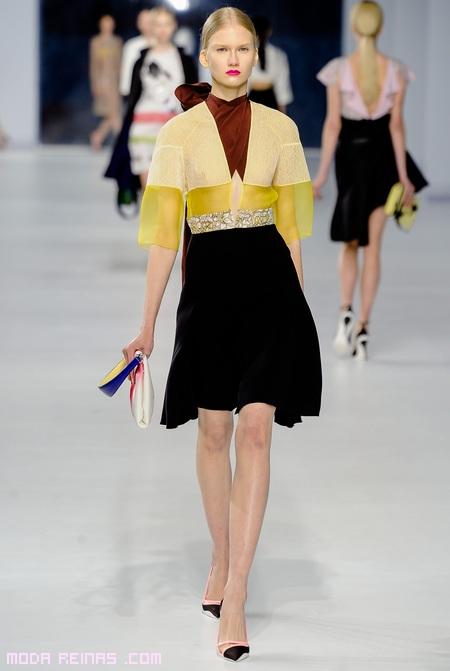 conjuntos de falda negra y top amarillo