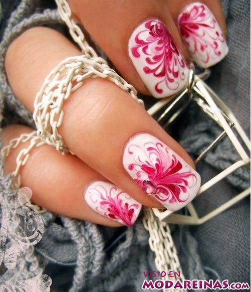 manicura con flores en rosa
