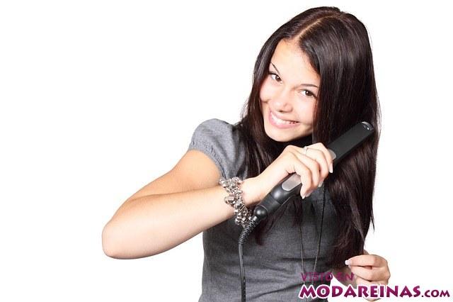 peinando el cabello con plancha