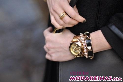 pulseras y reloj dorado
