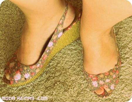sandalias de cuña con flores de colores