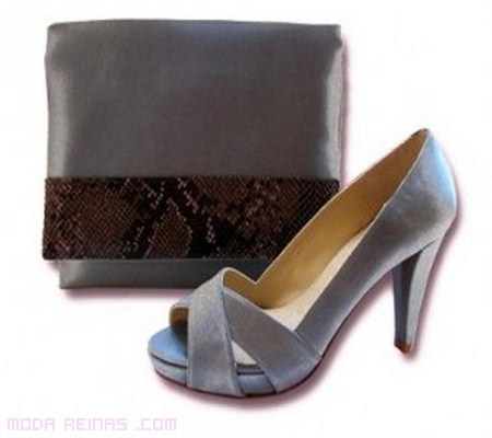 combinar zapatos y bolsos en gris